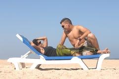 Mooi paar op het strand Royalty-vrije Stock Afbeeldingen