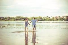 Mooi paar openlucht, lopend op het meer Stock Afbeeldingen