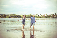 Mooi paar openlucht, lopend op het meer Royalty-vrije Stock Fotografie
