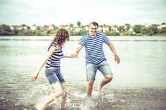 Mooi paar openlucht, lopend op het meer Royalty-vrije Stock Foto