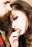 Mooi paar in tedere hartstocht Mooie vrouw wat betreft de mens schoonheidsmeisje en jongen samen stock afbeelding