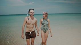 Mooi paar tijdens de zomervakantie stock video