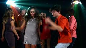 Mooi paar van jongeren die bij een partij dansen stock footage