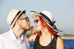 Mooi paar van minnaars die op een boot varen Twee mannequins die op een varende boot stellen bij zonsondergang Stock Foto