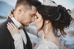 Mooi paar van minnaars het koesteren, een jonge vrouw met huwelijks binnen kapsel en luxejuwelen en knappe brutale man royalty-vrije stock afbeeldingen