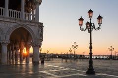 Mooi Paleis van doges op het vierkant van San Marco bij zonsopgang in Venetië stock afbeeldingen