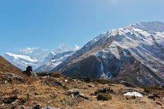 Mooi panorama hoog in het Himalayagebergte stock fotografie