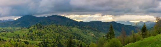 Mooi panorama van bergachtig platteland stock afbeelding