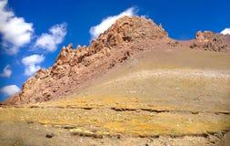 Mooi Panorama van bruin rood rotsachtig bergketenslandschap in dor klimaat landelijk Tibet, China royalty-vrije stock afbeeldingen