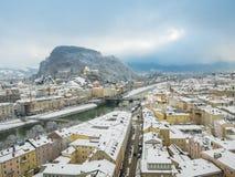 Mooi panorama van de horizon van Salzburg met rivier Salzach in wintertijdsneeuw, Oostenrijk Stock Foto