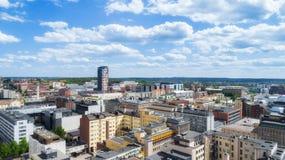 Mooi panorama van de stad van Tampere bij zonnige de zomerdag Blauwe hemel en mooie wolken royalty-vrije stock foto's
