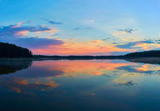 Mooi panorama van de zonsondergang over Lemiet-meer in Mazury-district, Polen Fantastische reisbestemming Stock Foto's