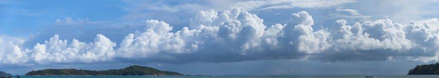 Mooi Panorama van Onweerswolken die over een Tropische Paragraaf bouwen Royalty-vrije Stock Afbeelding