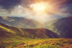 Mooi panoramisch berglandschap bij zonsondergang Stock Afbeeldingen