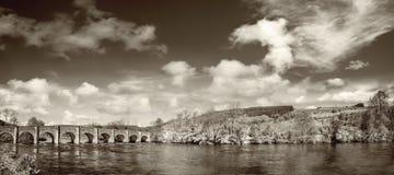 Mooi panoramisch landschap met een oude steenbrug op een sunn Royalty-vrije Stock Fotografie