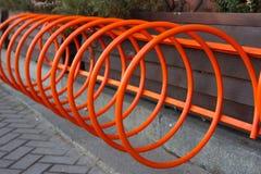 Mooi parkeren voor fietsen Spiraalvormige sinaasappel in Kiev, de Oekraïne Stock Foto