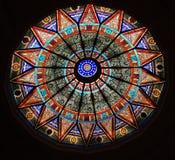 Mooi plafond met gebrandschilderd glas Stock Foto