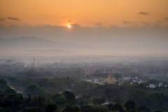 Mooi platteland in de ochtend bij de heuvel van Mandalay in Myanmar Stock Afbeelding