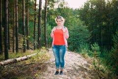 Mooi plus Grootte Jonge Vrouw in Overhemd die binnen stellen royalty-vrije stock afbeelding
