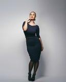 Mooi plus groottesecretaresse in sexy kleding stock foto