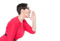 Mooi plus groottevrouw het schreeuwen door megafoon gevormde geïsoleerde handen Royalty-vrije Stock Foto