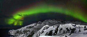 Mooi polair lichtenaurora borealis, dageraad over heuvels en toendra in de winter royalty-vrije stock foto