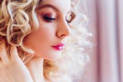 Mooi portret met professionele make-up voor een vrijgezellinpartij Meisjesblonde met krullend haar royalty-vrije stock foto's