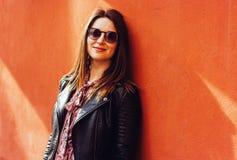 Mooi portret van donkerbruine vrouw tegen muur in zonnige dag royalty-vrije stock fotografie