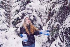 Mooi portret van een meisje in de winter het bos het Glimlachen vrouw spelen in sneeuw Stock Afbeelding