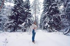 Mooi portret van een meisje in de winterbos Stock Fotografie