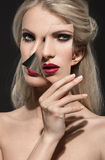 Mooi portret van een vrouw met maniermake-up stock foto's