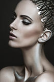 Mooi portret van een vrouw met zilveren make-up stock fotografie