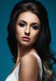 Mooi portret van jonge en aantrekkelijke vrouw Stock Afbeelding