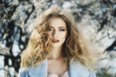 Mooi portret van jonge vrouw in de bloesemtuin in sprin stock afbeeldingen