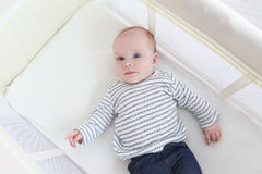 Mooi portret van weinig 3 maanden meisjes die in reisvoederbak liggen Royalty-vrije Stock Fotografie