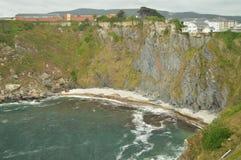 Mooi praktisch Ontoegankelijk Stenenstrand omdat het door Hoog Cliff In Luarca wordt omringd stock foto