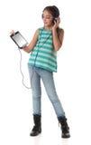 Mooi pre-tienermeisje die een tabletcomputer met behulp van Stock Foto's