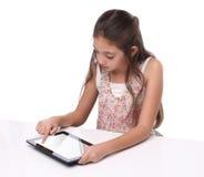 Mooi pre-tienermeisje die een tabletcomputer met behulp van Royalty-vrije Stock Fotografie