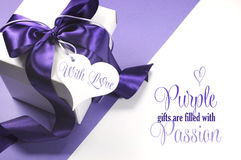 Mooi purper en wit giftvakje met steekproeftekst Royalty-vrije Stock Foto's
