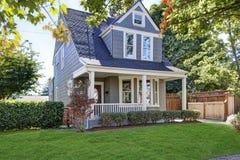 Mooi randberoep Amerikaans huis met goed gehouden voorwerf royalty-vrije stock foto