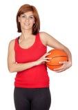 Mooi redhead meisje met een basketbal Stock Afbeelding