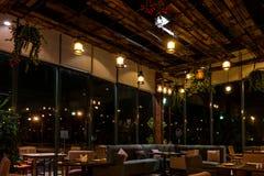 Mooi restaurant binnenlands ontwerp met mooie verlichting stock foto