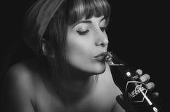Mooi retro meisje die een oude uitstekende coca houden Royalty-vrije Stock Foto