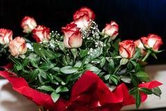 Mooi rijk boeket van rode rozen bij huwelijksceremonie, mede gift stock afbeelding