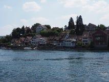 Mooi Rijn-Rivierlandschap in de Europese stad van Stein am Rhein in ZWITSERLAND in Zwitsers kanton van Schaffhausen royalty-vrije stock foto's