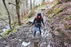 Mooi rijp brunette verbolgen door in modder worden geplakt royalty-vrije stock afbeeldingen