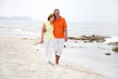 Mooi rijp paar op het strand Stock Fotografie