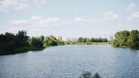 Mooi rivierlandschap in de stad De huizen en de industriële faciliteiten zijn zichtbaar op de achtergrond stock videobeelden