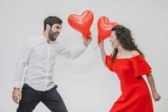 Mooi romantisch die paar op witte achtergrond wordt geïsoleerd Een aantrekkelijke jonge vrouw en mooie handen heffen binnen ballo stock afbeelding