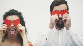 Mooi romantisch die paar op witte achtergrond wordt geïsoleerd Een aantrekkelijke jonge vrouw kleedde zich in een rode kleding, e stock videobeelden